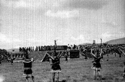 Danzantes durante festividad en Teotihuacán