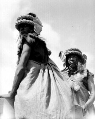 Indígenas danzantes durante fiesta prehispánica en Teotihuacán