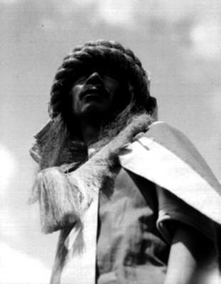 Hombre indígena durante festividad en Teotihuacán