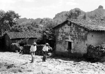 Hombres indígenas en una calle empedrada