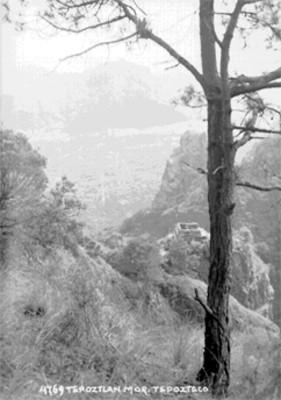 """Valle de """"Tepoztlán"""" y pirámide del """"Tepozteco"""", panorámica"""