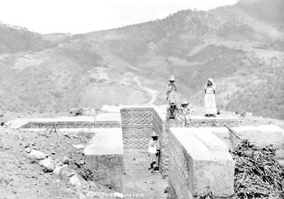 """Familia indígena en una tumba cruciforme en las ruinas de """"Guiaroo"""""""