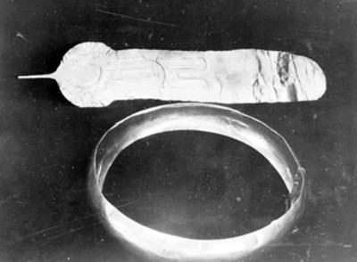Pulsera y prendedor prehispánicos exhibidos en el Museo Regional