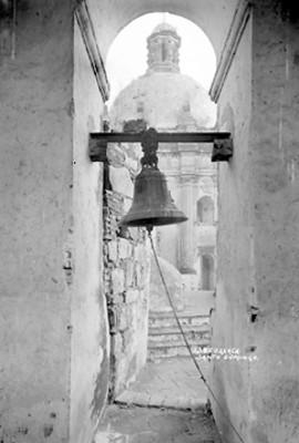 """Campana y cúpula de la iglesia de """"Santo Domingo"""", vista general"""