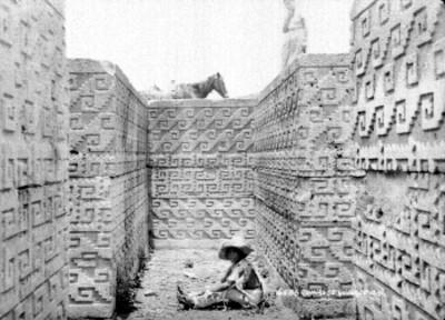 """Niño en interior de una tumba cruciforme en las """"Ruinas de Guiaroo [sic], Oaxaca"""""""