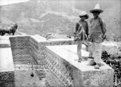 Hombres indígenas en una tumba cruciforme
