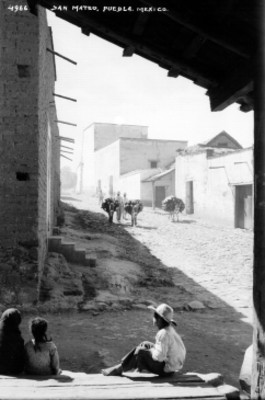 Indígenas con asnos en una calle del poblado San Mateo