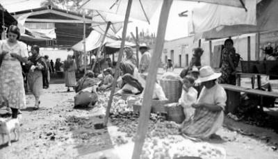 Gente en el mercado, vista parcial