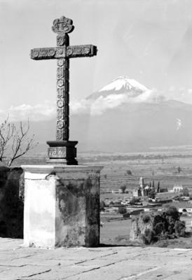 Cruz atrial, al fondo el volcán