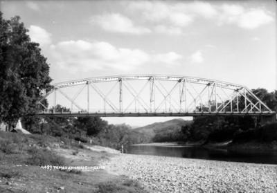 Puente sobre un río, vista general