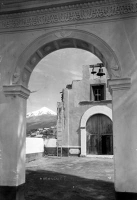Iglesia y Pico de Orizaba, vista desde un arco