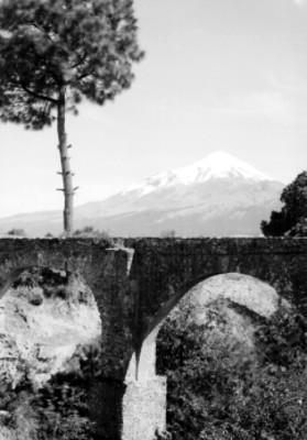 Pico de Orizaba con acueducto en primer plano