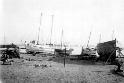 Embarcaciones varadas en la costa, vista parcial
