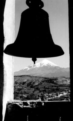 Pico de Orizaba, visto desde el campanario de una iglesia