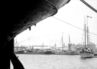Barcos anclados en el puerto, vista parcial