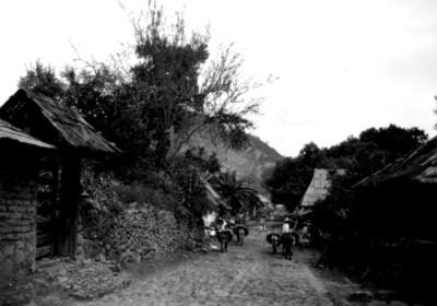 Indígenas en calle de un poblado