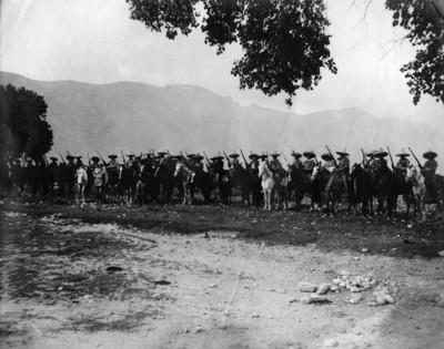 Tropas Maderistas a caballo sostienen armamento