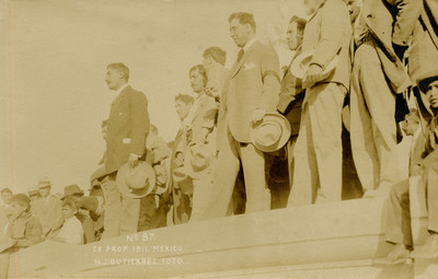 Gustavo A. Madero junto a personas en el monumento a Benito Juárez