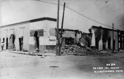 """Tienda de abarrotes """"La Asturiana"""" y casas destruídas por bombazos en la toma de Ciudad Juárez"""