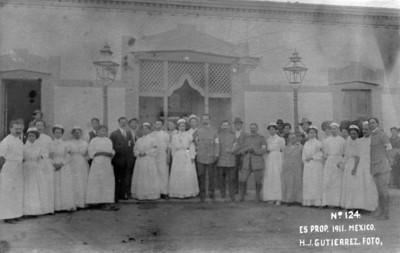 Tropas maderistas y personal médico en un hospital, retrato de grupo