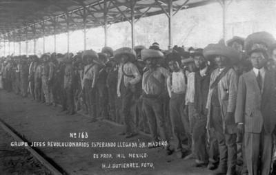 Grupo [de] jefes revolucionarios esperando [la] llegada [del] Sr. Madero