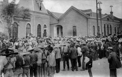 """Revolucionarios reunidos frente al edificio del """"Telégrafo Federal"""""""