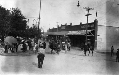 Maderistas en cruce de calles en el centro de Ciudad Juárez