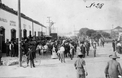 Gente de Ciudad Juárez reunida frente al Ayuntamiento de la ciudad ante el triunfo de Madero