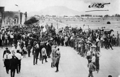 Gente reunida en Ciudad Juárez tras el triunfo de Madero