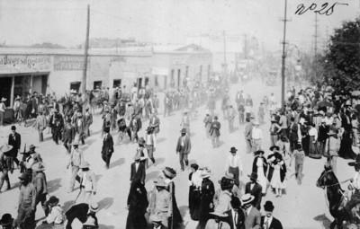 Gente camina por las calles de Ciudad Juárez tras el triunfo de Madero