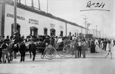 Gente reunida frente al Ayuntamiento de Ciudad Juárez tras el triunfo de Madero