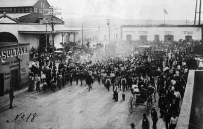 Gente camina cerca del ayuntamiento de Ciudad Juárez al triunfo de los Maderistas