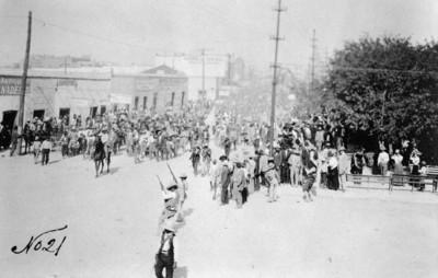 Manifestación por las calles de Ciudad Juárez tras el triunfo de Madero