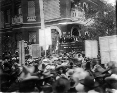 Francisco I. Madero dirige un discurso al pueblo