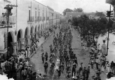 Revolucionarios constitucionalistas marchan frente a la plaza principal de Toluca