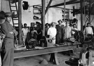 Álvaro Obregón y comitiva visitan una fábrica
