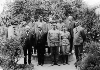 Alvaro Obregón y funcionarios junto a una fuente, retrato de grupo