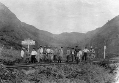 Alvaro Obregón y militares sobre las vías férreas en los límites de Colima y Jalisco