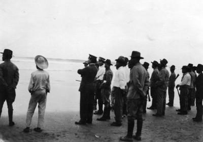 Alvaro Obregón acompañado por militares y comitiva, a orillas del mar