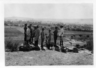 Alvaro Obregón y militares conversan en un paraje cercano a Lagos de Moreno