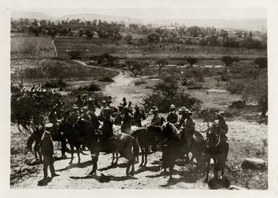 Alvaro Obregón acompañado de militares a caballo en un paraje