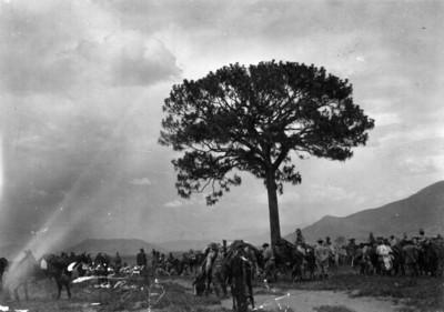 Alvaro Obregón y ejército durante un descanso junto a un árbol, paisaje