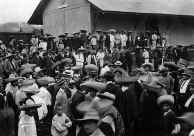 Álvaro Obregón acompañado de su ejército y civiles en una estación de ferrocarril