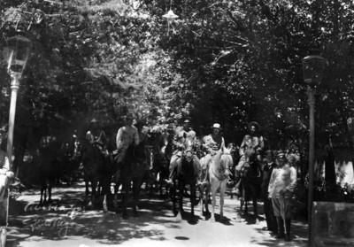 Alvaro Obregón, Benjamín G. Hill y otros militares a caballo en un parque, retrato de grupo