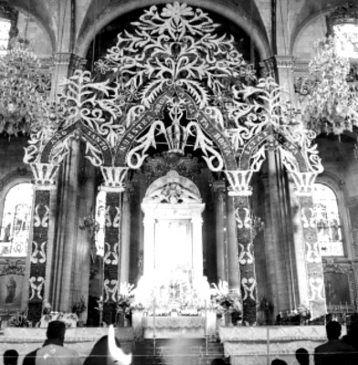Altar de la basilica adornado con flores