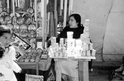 Mujer vende veladoras e imagenes de la virgen de Guadalupe