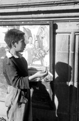 Niño vende chicles en la villa de Guadalupe