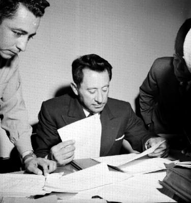 Rafael Ávila Camacho y empleados revisan documentos en una oficina