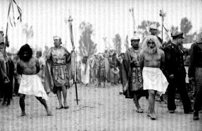 Dimas y Gestas son conducidos por romanos, escena en la representación de la Pasión de Cristo