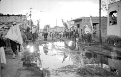 Romanos a caballo por una calle, representación de la Pasión de Cristo en Iztapalapa